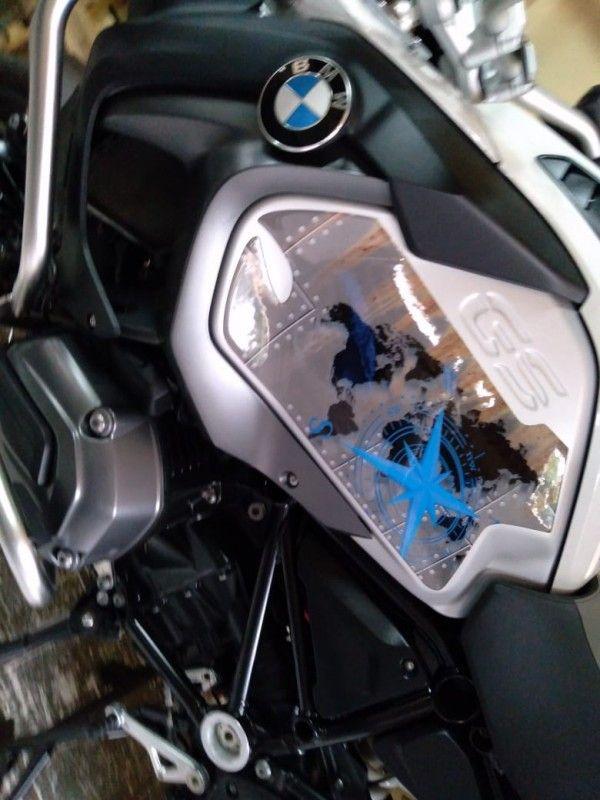 ADESIVO LATERAL DO TANQUE - BMW R1200/1250 GS - PAR - S/ RESINA - 0,50X0,40